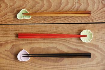 3色の色使いが美しい漆のお箸。職人さんの手で3種類のカンナを駆使して作られています。楕円型に仕上げてあるので、テーブルの上でも転がりにくいのも、嬉しい心遣いです。