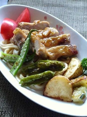 お肉もたっぷり、野菜の彩りも鮮やかでおかずになるくらいの一品。照り焼きチキンとバター醤油うどんの相性がよくてお子さんにも好評です。