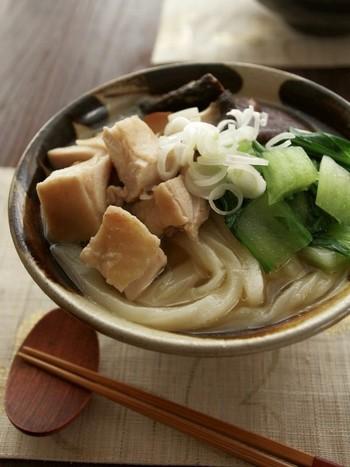 干しシイタケや、しょうが、長ネギをお湯から一緒に煮て素材から出汁をとるので、優しい自然の味。まだまだ花冷えの日には、しょうがたっぷりの温かいおうどんも恋しくなります。