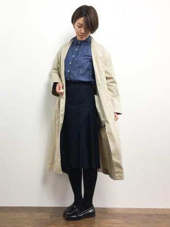 こちらはガウンコートにフレアスカート、ブラックのローファーを合わせたコーディネート。中にデニムを入れることで、カッチリし過ぎない大人な雰囲気に仕上がりますよ♪