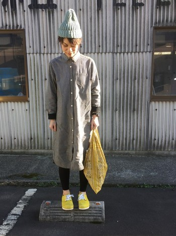 キュートなイメージの黄色のバンダナバッグなら主役にしたいですね。スニーカーと合わせてインパクト大なカラーコーディネートを楽しむのも◎