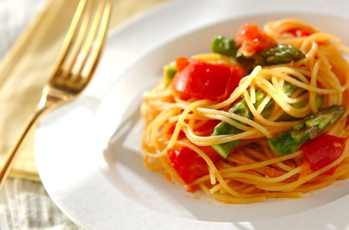 鮮やかなトマトとグリーンアスパラがオシャレなこちらのレシピ。盛り付けもオシャレで食欲もそそります。