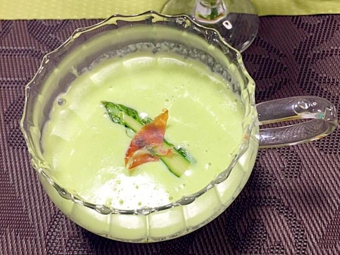 アスパラガスをポタージュにしたこちらのレシピ。スープならアスパラが苦手な人でも食べられそうですね。ほっと落ち着きそうなレシピです。