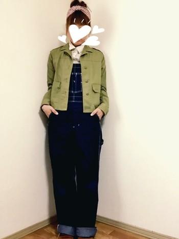 デニムサロペット×ショート丈ミリタリージャケットもなかなかかわいいですね。ショート丈なら足が長く見えてスタイルアップになります。