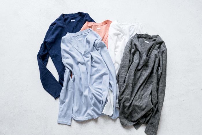Vネックと言ってもいいくらい、ざっくりと開いた首元が特徴の「UネックTシャツ」。首元からインナーを覗かせて、いろいろな着こなしが楽しめる1枚。