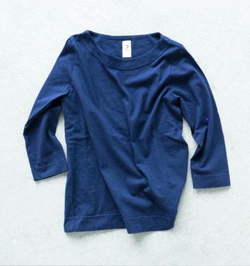 タンギス綿を使用した7分丈Tシャツ。程よく開いた首元と7分丈でスッキリとした印象に。カジュアルにもキレイめにも合わせやすいシンプルなデザイン。