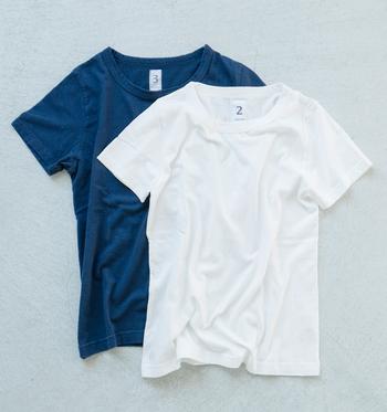 首周りに2本のステッチラインが引かれた、丈夫なつくりの半袖Tシャツ。「ボートネックTシャツ」と同じくストレッチの効いた素材で身体にフィットします。