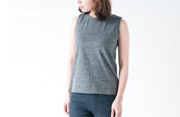 やや詰まったネックラインと、広めのショルダーラインで肌の露出に抵抗がある人でも安心して着ることができますよ。