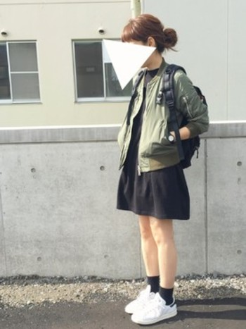 ミリタリースタイルってちょっとハードで苦手…という人にオススメなのがスカートやワンピースを合わせたスタイル。