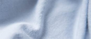 古くから綿花栽培が行われている土地で育てられた、希少価値の高いコットンを使用。適度なハリ感と、しなやかな肌触りが特徴です。