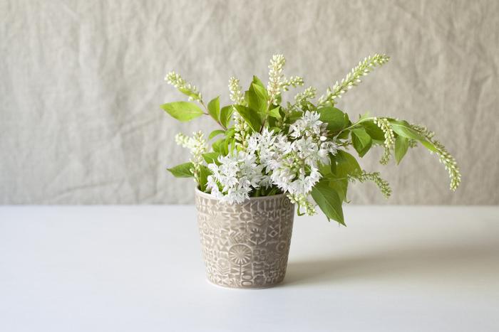 フラワーベースとして、小さな花やグリーンを飾っても素敵。テーブルに、窓辺に。どこに置いても絵になります。