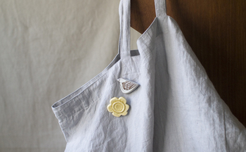お洋服はもちろん、こんな風にバッグにつけても。BIRDS' WORDSの他のブローチと組み合わせて使うのも、相性抜群でおすすめですよ。