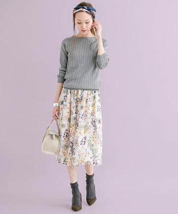 写真は、ふんわりしたスカートのようにも楽しめるフラワープリントのガウチョパンツを合わせたコーディネート。無地のニットやシャツなどのシンプルスタイルも、華やかなに仕上げてくれます♪