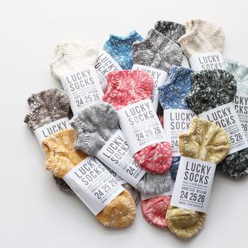 ナチュラルな色味が可愛い「ミックススニーカーソックス」。太番手のコットンスラブ糸に和紙の糸をブレンドした特徴のある生地は、丈夫でムレにくく、快適な履き心地。
