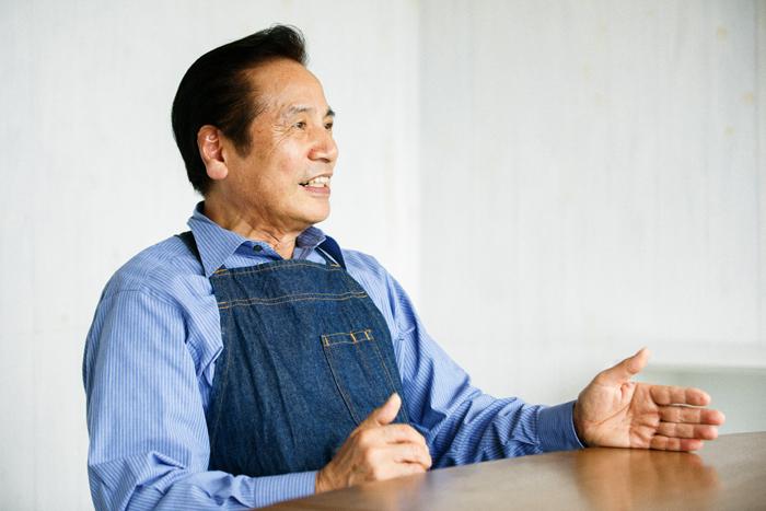 スタッフの皆さんからは「お父さん」の愛称で慕われている土屋さん。職人の時の真剣な顔つきとは一転、やさしい笑顔でインタビューに答えてくれました