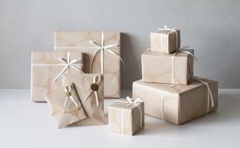 鳥のタマゴをモチーフにしたオリジナルデザインの包装紙・平紙袋をご用意しています。 大切な方への贈り物に、ぜひラッピングをご利用ください。