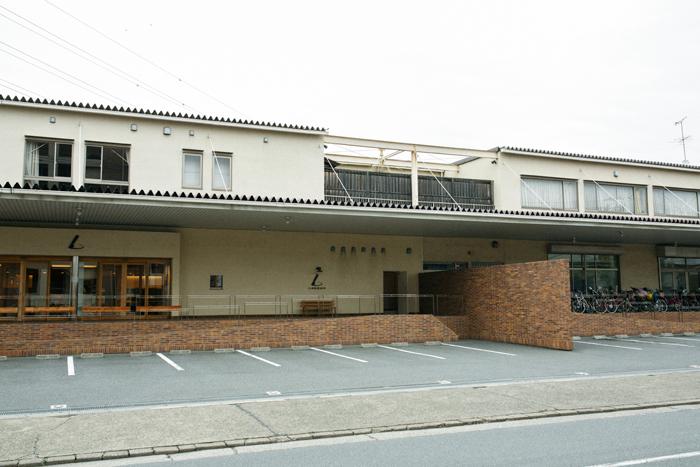 工房が併設されている西新井本店。工房見学スペースがあり、職人の技を間近で見ることができます