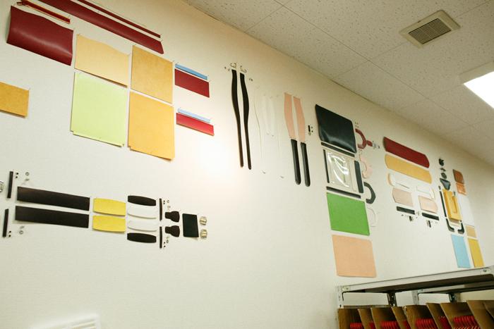 工房の壁には、ランドセルに使われるパーツが貼られています。その数なんと110以上! どれがどの部分に使われるか考えてみるだけでワクワクしてきます