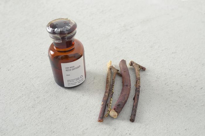 青森ひばから抽出される精油には、「ヒノキチナオール」「β-ドラブリン」という成分が含まれており、消臭や防虫、抗菌、精神安定の効果があります。このような成分が含まれる木は世界でも稀で、日本では青森ひばだけなんだとか。