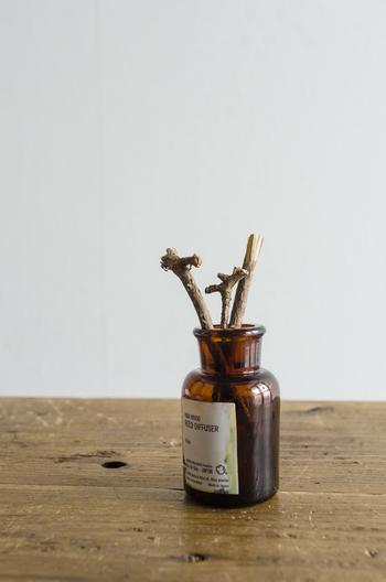 茶色の小瓶にシンプルなタイピングのラベルで、アンティークの薬瓶のような味わいのある雰囲気。オイルを吸い上げるリードにも、ひばの枝が使用されています。