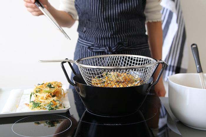 初心者の方でも、上手に揚げ物ができると評判の揚げ鍋。油はね防止用のネットがセットになっています。