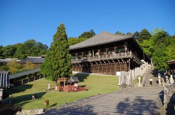 大仏殿の東に位置する二月堂は、毎年3月に「お水取り(修二会)」が行われることで有名なお堂です。急な斜面の上にあるため、景観も抜群。京都の清水寺のような舞台造りになっていて、回廊部分からは境内の桜はもちろん、奈良の街並みも遠くまで見渡せます。