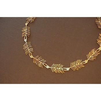 針葉樹の葉っぱのように繊細なモチーフのネックレス。真鍮の質感は、つける人の女性らしさを引き出してくれます。
