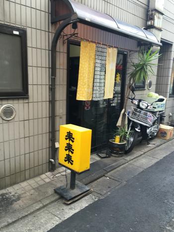 世田谷通りを下北沢方面へ3分ほど言ったところの路地裏にひっそりと佇むお店。黄色い「來來來(らいらいらい)」の看板が目印です。食べログ「全国のおすすめちゃんぽん」ランキングでも、本場の名だたるお店の中、いつも上位をキープしている有名店です。