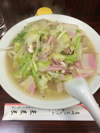 長崎出身者や有名評論家も唸らせる名物「ちゃんぽん」は、スープに野菜やゲソの旨味が溶け出し、コクのある味わいです。麺の上にのった具材も多めで、野菜も沢山とれて女性にも嬉しい。その他、皿うどんや一口餃子もおすすめです。