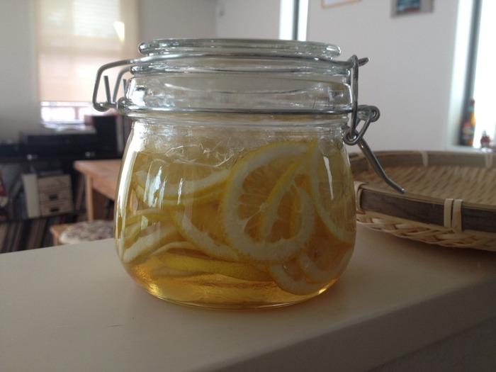基本のレモンシロップです。ガムシロップとはちみつを使って。