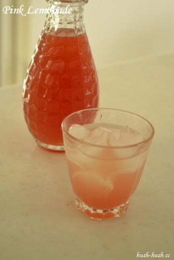 とっても可愛い♪ ピンクレモネードのシロップです。ドライハーブのラベンダーを入れるとレモンの酸に反応してピンク色になるのだそう! 科学の実験気分で子どもと作ってみたくなりますね。