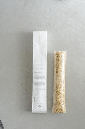 青森ひばを薄く削り出した「ヒバスレット」。芳香性と弾力性を兼ね備え、湿気調整や防カビ対策に高い効果を発揮します。