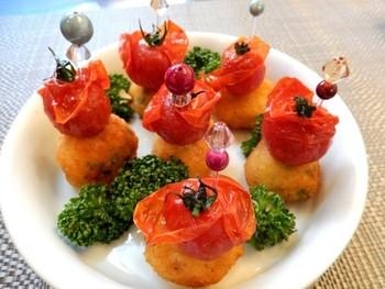 すり身にしたタラにコンテチーズとパセリを混ぜてコロンと丸めたコロッケボール。素揚げのトマトと一緒にいただきましょう。