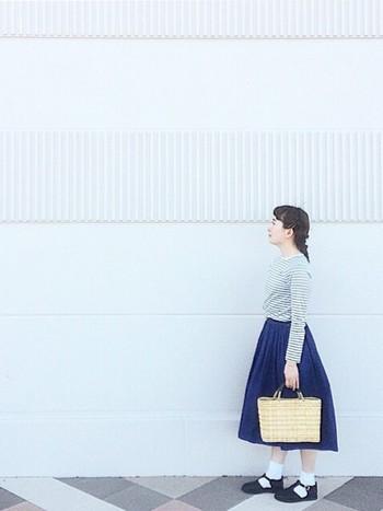 カジュアルなボーダー×ロングスカートのコーディネートですが、小物使いでふんわり、かわいらしい雰囲気にも。やさしい色味のかごバッグと、白ソックス×オーロラシューズを合わせて、THE ナチュラルなスタイルに。