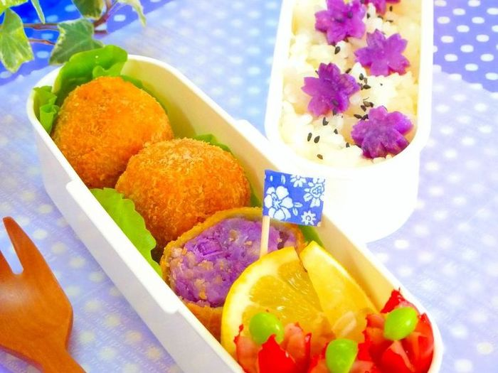 紫芋を使ったちょっと奇抜なコロッケボールです。鮮やかな紫色がお弁当を彩ります♪
