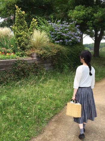 まるでヨーロッパの小さな村を歩く少女のよう。清楚で可憐な雰囲気のコーディネートです。ワランワヤンのかごバッグが、素朴でやさしい雰囲気をプラスしていますね。