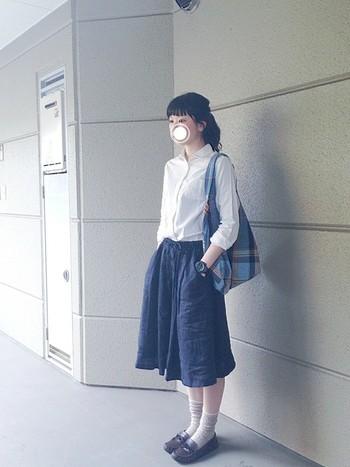 ロングスカートできちんと感を出したいなら、パリッとしたシャツをタックインするのがおすすめ。ヘアはアップスタイルで、凛とした雰囲気に仕上げると◎
