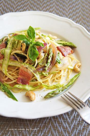 西洋ではアスパラガスを生で食すそう。スライサーでうすくカットした生のアスパラガスは、春の風味をより味わうことができます。