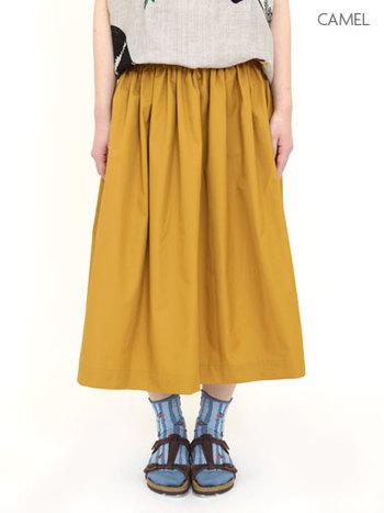 ふくらはぎまでのロングスカートにショートソックスが絶妙なバランスです。かわいい柄の入ったソックスも、こんなコーデなら浮きません。
