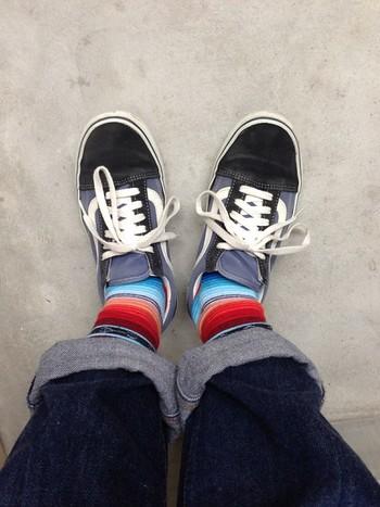 靴下って、目立たないようで、実はしっかり個性を主張してくれます。大人女子があざやかな色使いを取り入れやすいのも、ポイント高し!親子やパートナーとペアの靴下にしてみるのもオススメです。