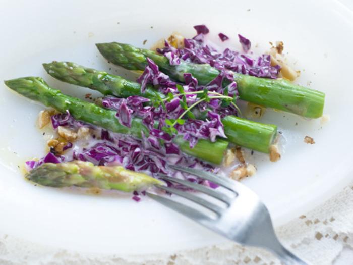 アスパラガスに紫キャベツのドレッシングで。まるで初夏の花畑を思わせる美しい色合いのサラダに。