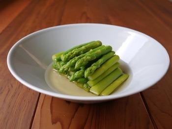 春野菜のアスパラガスに同じく、春野菜のさやいんげんと共に作るおひたし。コンソメスープの素で作るので洋食の付け合せや前菜にぴったり。