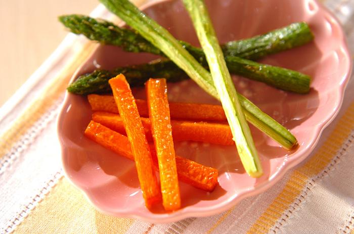 アスパラは茹でても焼いても、そして揚げても美味しくいただけます。素揚げして岩塩をまぶすだけのシンプルな料理なのに、味も見た目も◎