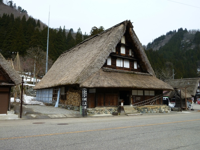 国指定重要文化財となっている村上家住宅は、約400年前に建てられた合掌造りの家屋です。