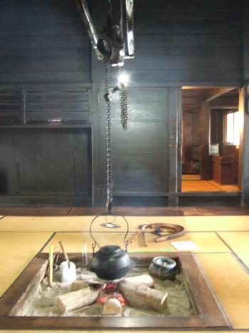 五箇山の合掌造り家屋にある囲炉裏。厳しい寒さの中、暖をとる手段となっているほか、煙で燻すことによって屋根の強度を上げる役割を果たしています。また、鍋の高さを自在に調節できる自在鍵がある囲炉裏というのも、五箇山特有のものです。