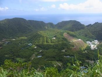 いちばんの魅力は、天明の大噴火によって形成された、雄大な二重カルデラの地形。まるで大きなプリンのような形をした内輪山(丸山)の姿は、外輪山の尾山展望公園や大凸部(おおとんぶ、標高432mの島の最高地点)などから眺めることができます。