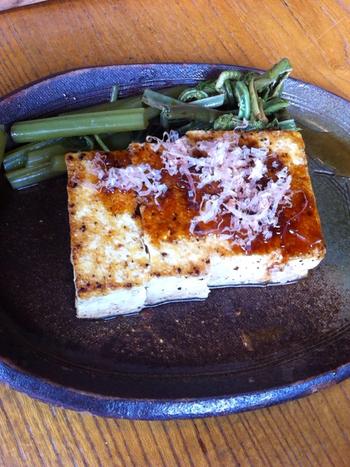 五箇山を代表する名物料理は、五箇山豆腐です。コシのある五箇山豆腐は、ステーキにぴったりの味わいです。