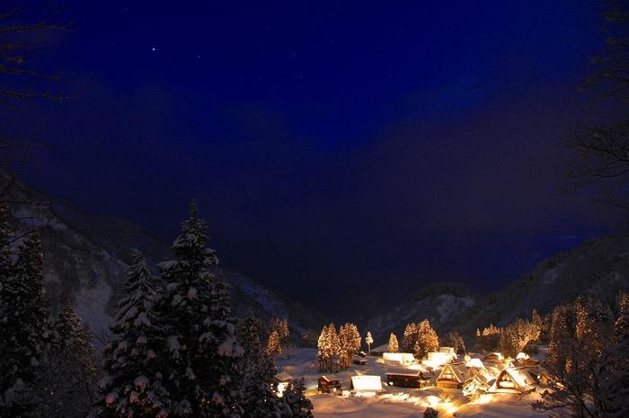 雪にすっぽりと覆われた冬の五箇山ではライトアップが行われます。漆黒の闇夜に、ライトアップされた合掌造りの家々が浮かび上がる姿は幻想的で、神秘的な雰囲気を醸し出しています。