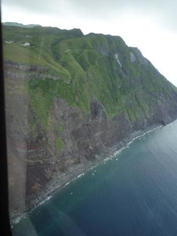 青ヶ島は、東京から南に358km、八丈島から南に70kmほど離れたところにある、広さ5.98平方kmほどの島です。島全体が火山でできているため、海岸線には砂浜がなく、切り立った崖となっています。島に発着するヘリコプターからも断崖絶壁を見ることができます。