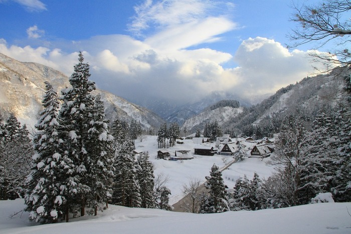 五箇山では四季折々で美しい景色を見せてくれますが、冬の美しさは格別です。一面銀世界となった山間部に佇む合掌造りの集落は、訪れる人を魅了してやみません。